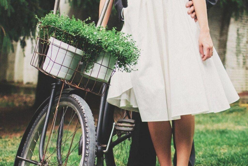 Skromna suknia ślubna krótka