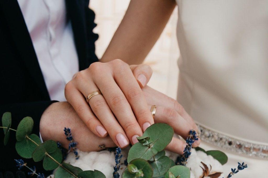 Skromna suknia ślubna atłasowa