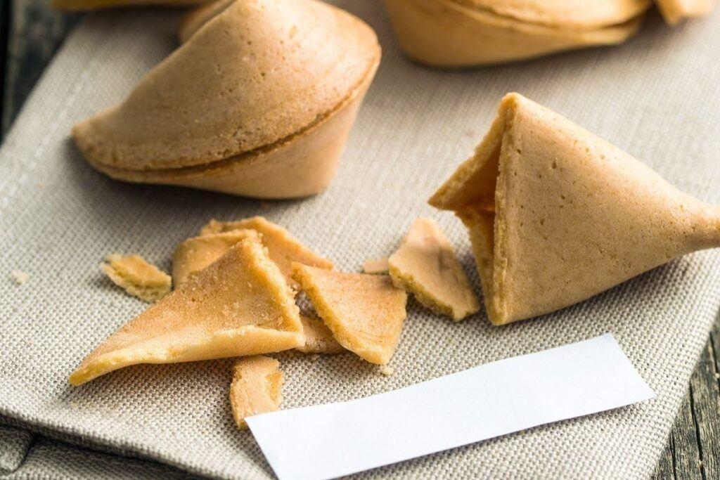Wybraliście na prezent dla gości ciasteczko z wróżbą? Zobaczcie, jakie zabawne wróżby włożyć do środka!
