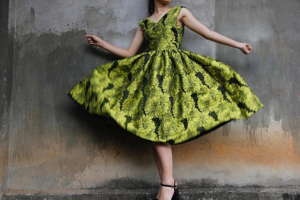 Plus size na weselu? Modne i efektowne sukienki na wesele dla puszystych pań!