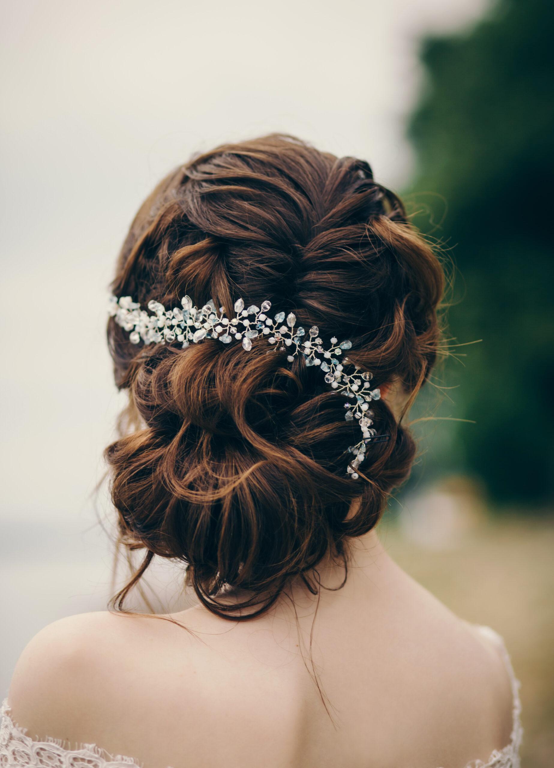 efektowne upięcie w formie fryzury na wesele