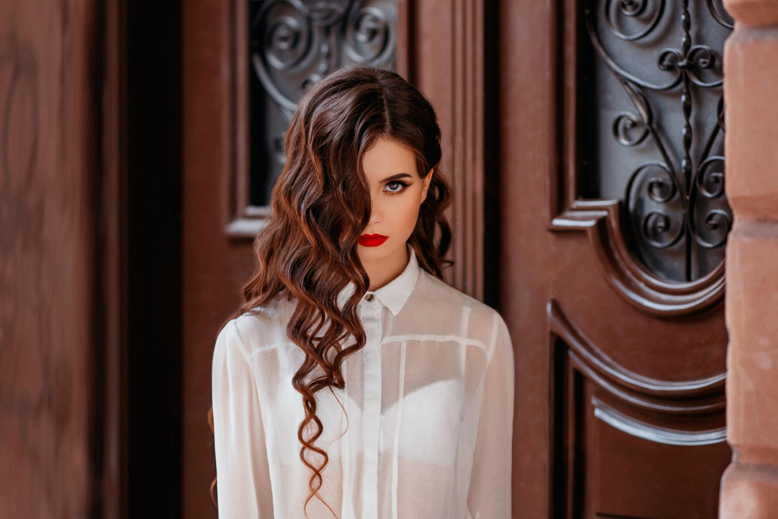 fryzura na wesele loki na długich włosach