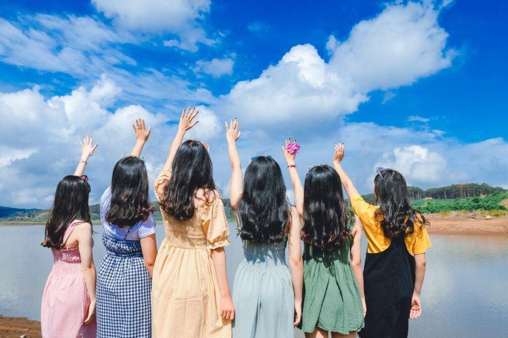 Życzenia na wieczór panieński - grupa dziewczyn przed złożeniem życzeń