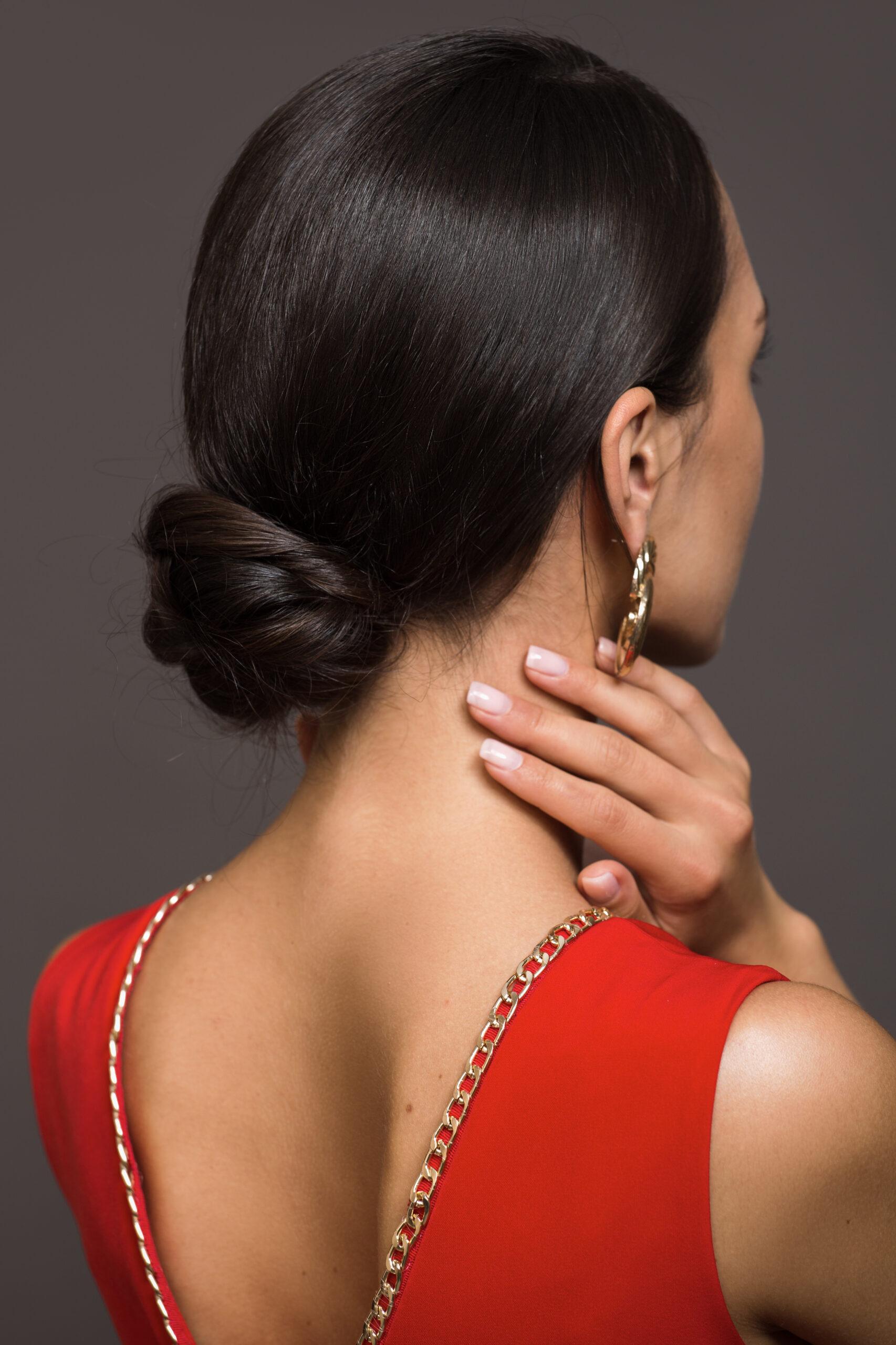 fryzura na wesele włosy gładko upięte