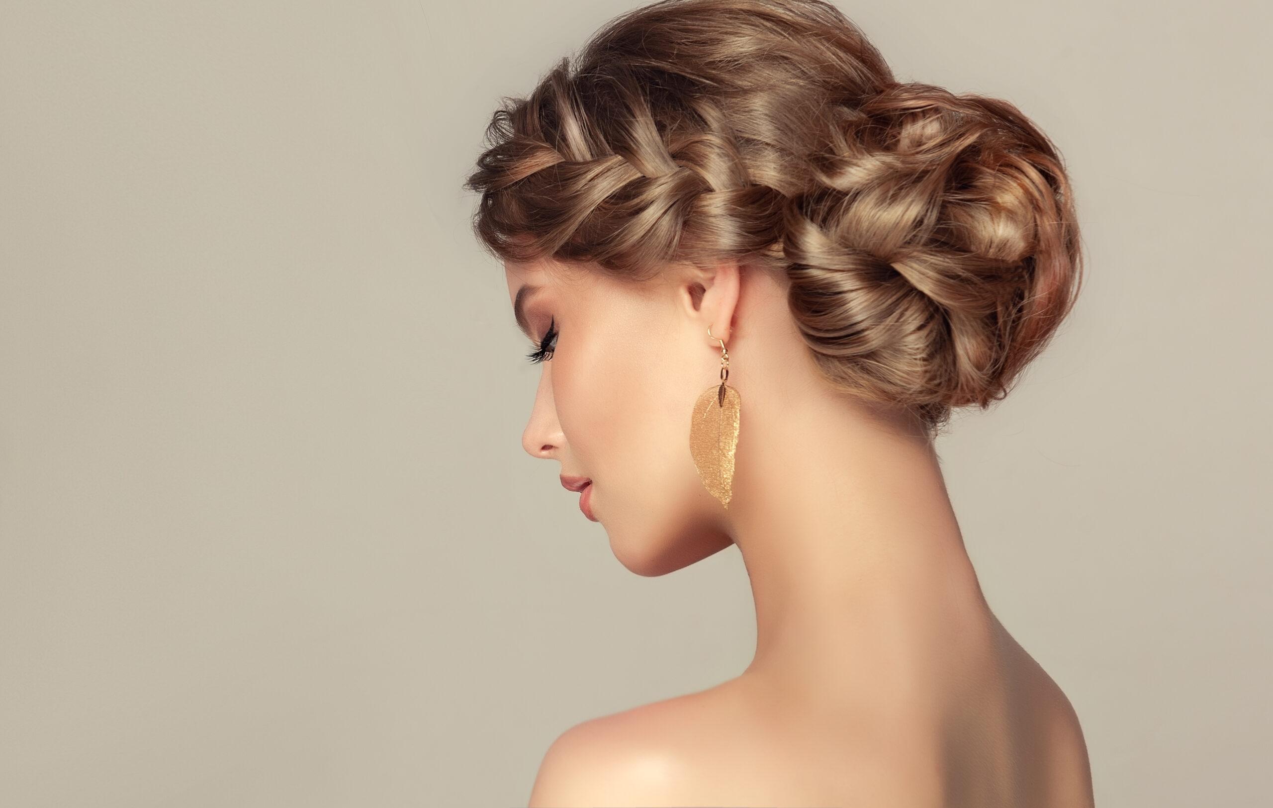kok z warkoczem jako przykład fryzury na wesele