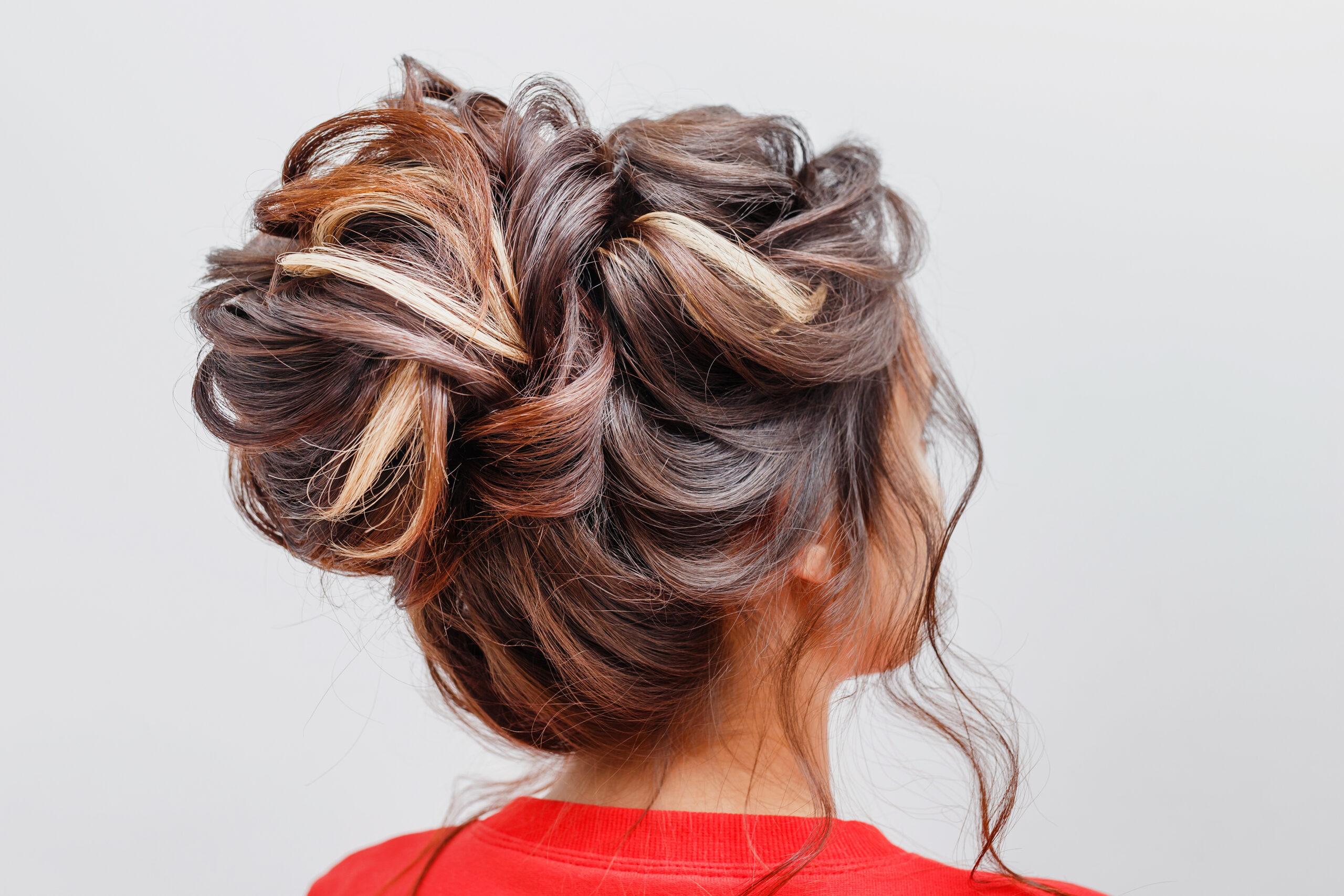 fryzura na wesele wysoki kok luźno upięty