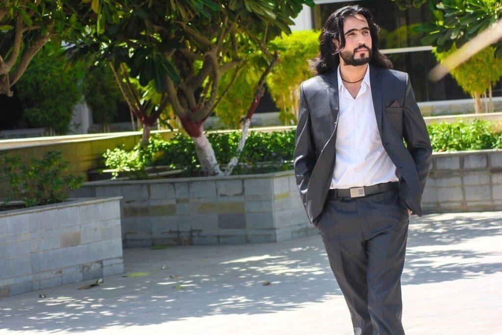 Jak się ubrać na wesele - garnitur i koszula bez krawata