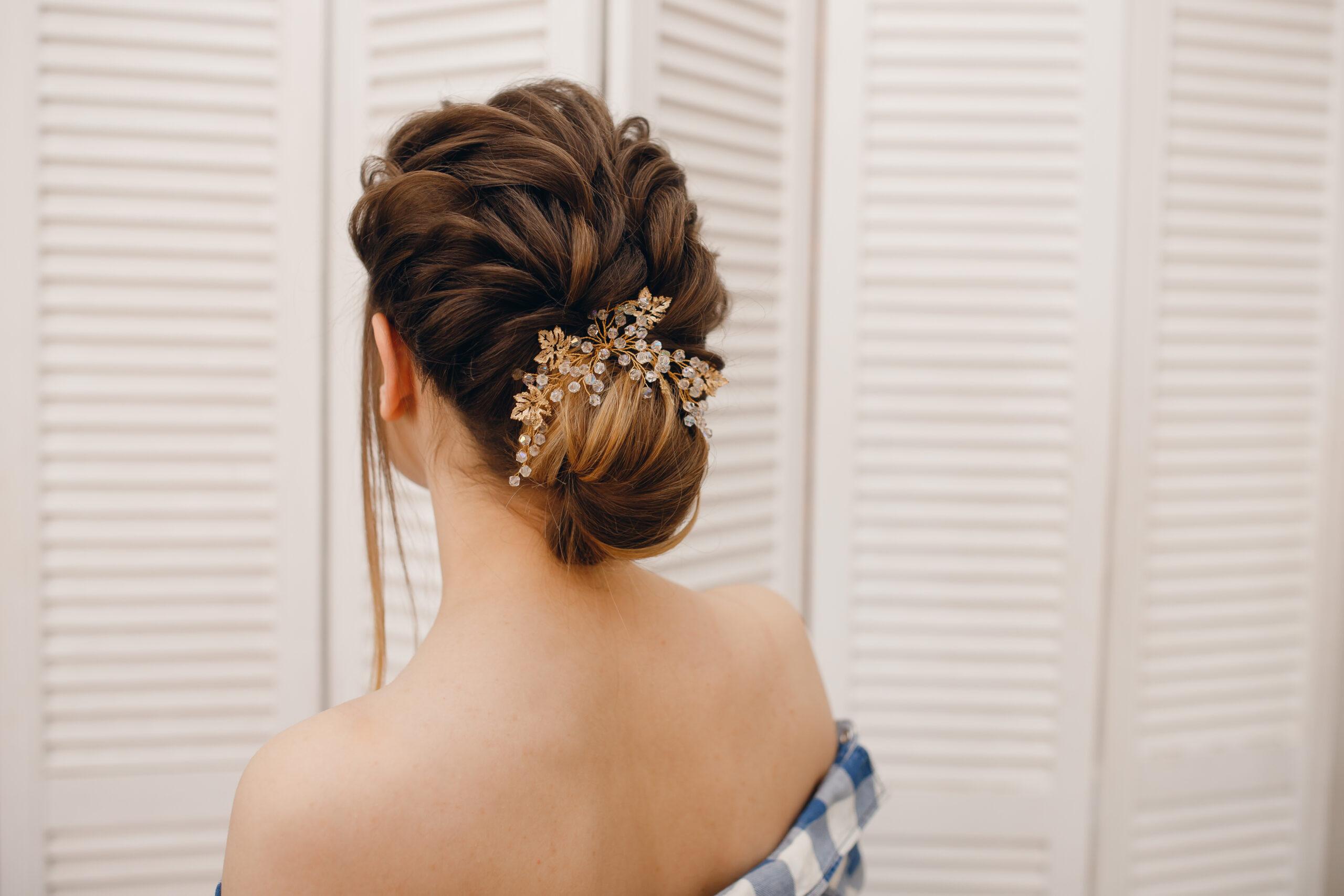 fryzura na wesele niski kok z ozdobą
