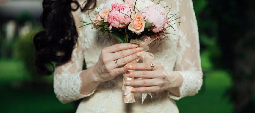 Okrycia ślubne – doskonałe uzupełnienie sukni panny młodej