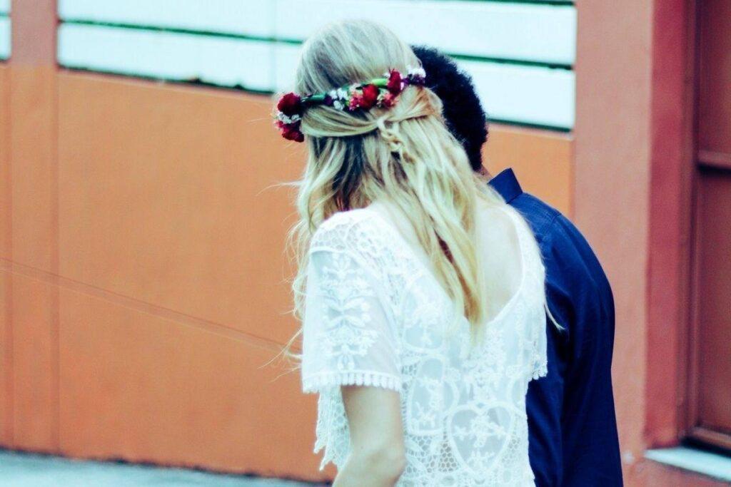 Fryzura ślubna na długie włosy z wiankiem