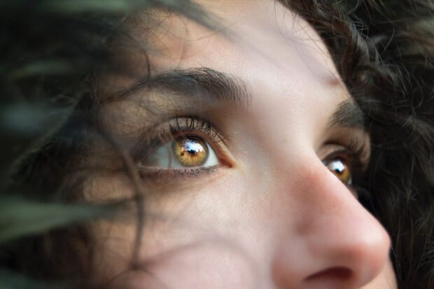 Jak malować oczy, aby je powiększyć? Wykorzystanie cienia i eyelinera krok po kroku