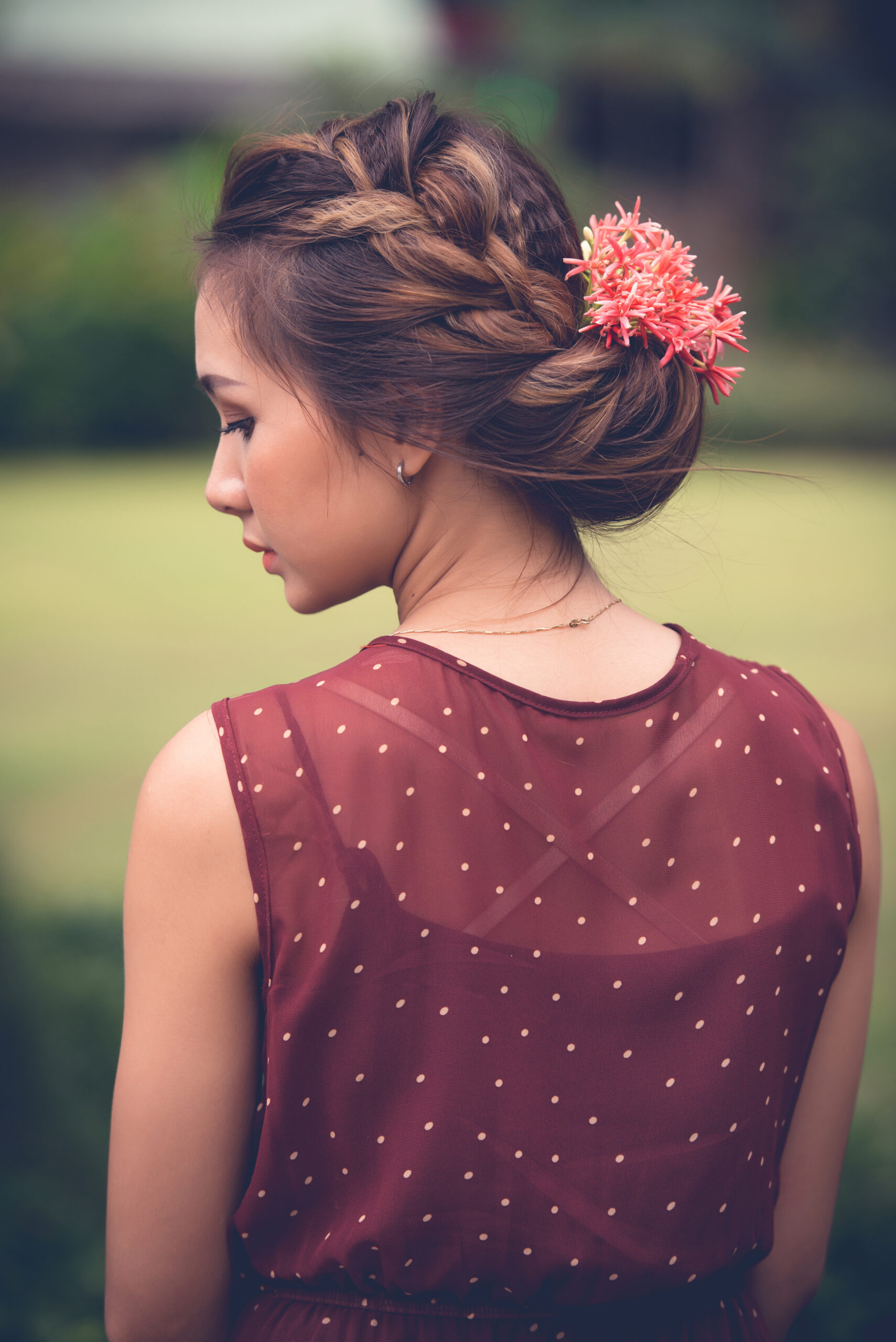 niskie upięcie z warkoczem w formie fryzury na wesele