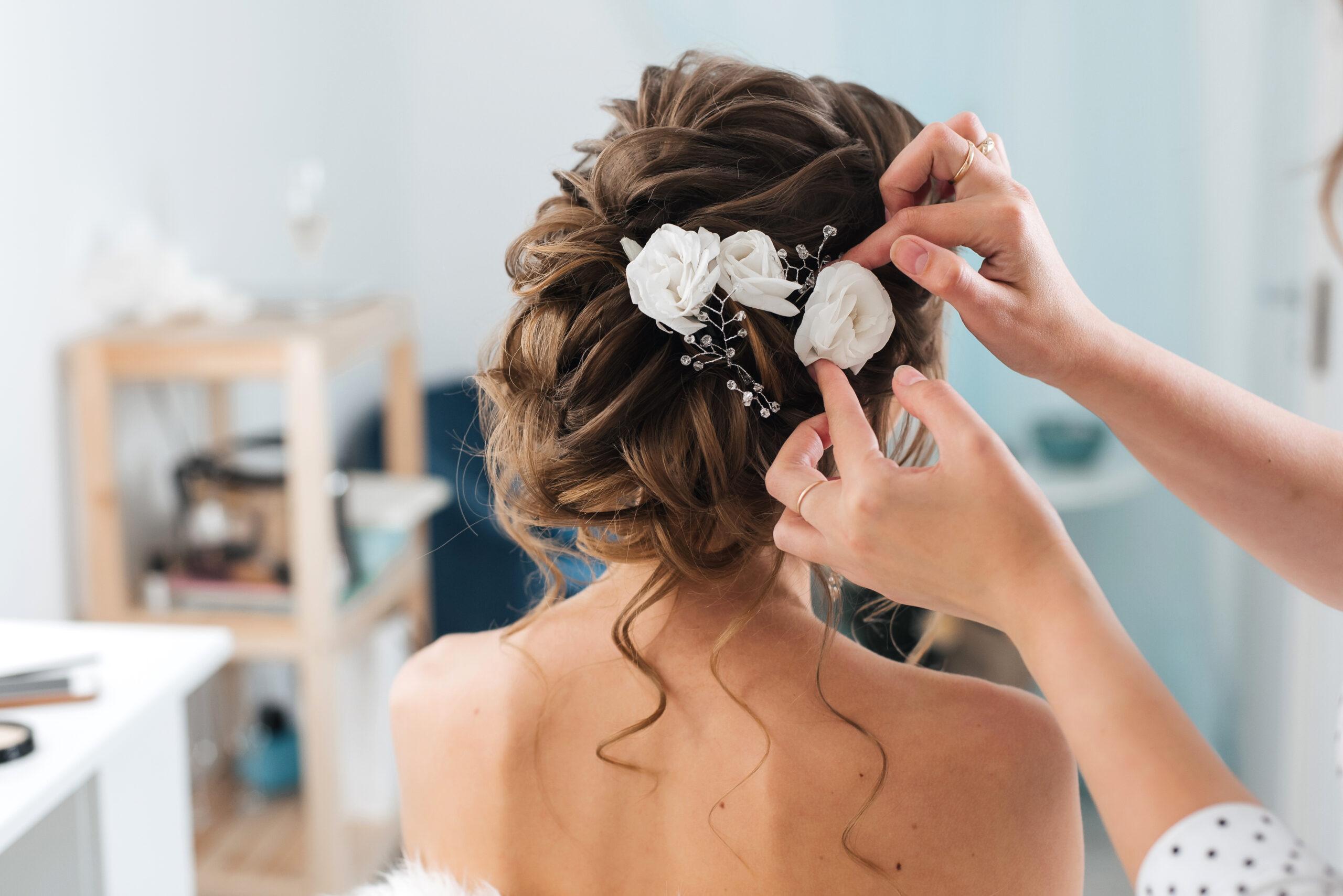 romantyczne uczesanie na wesele z kwiatami