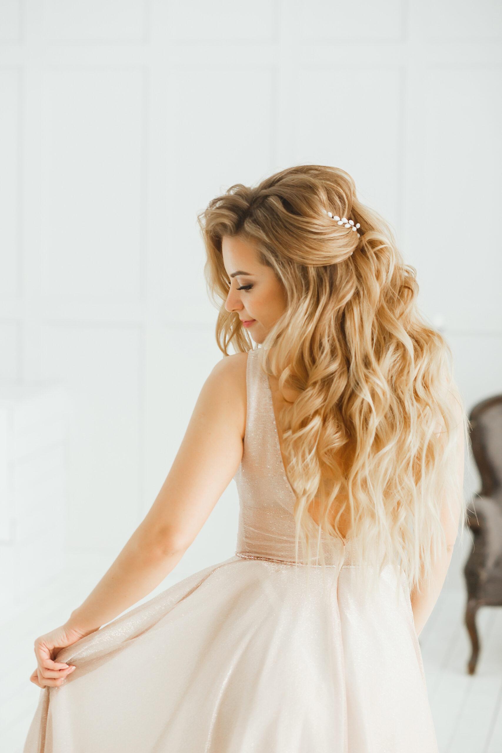 fryzura na wesele rozpuszczone włosy lekko pofalowane