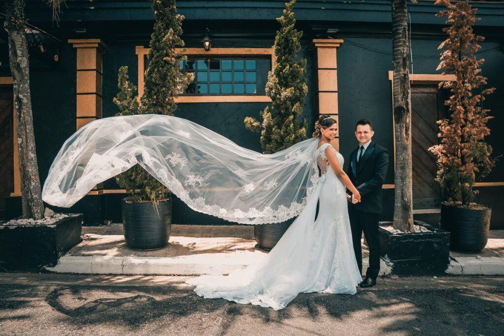 Panna młoda w sukni ślubnej z trenem