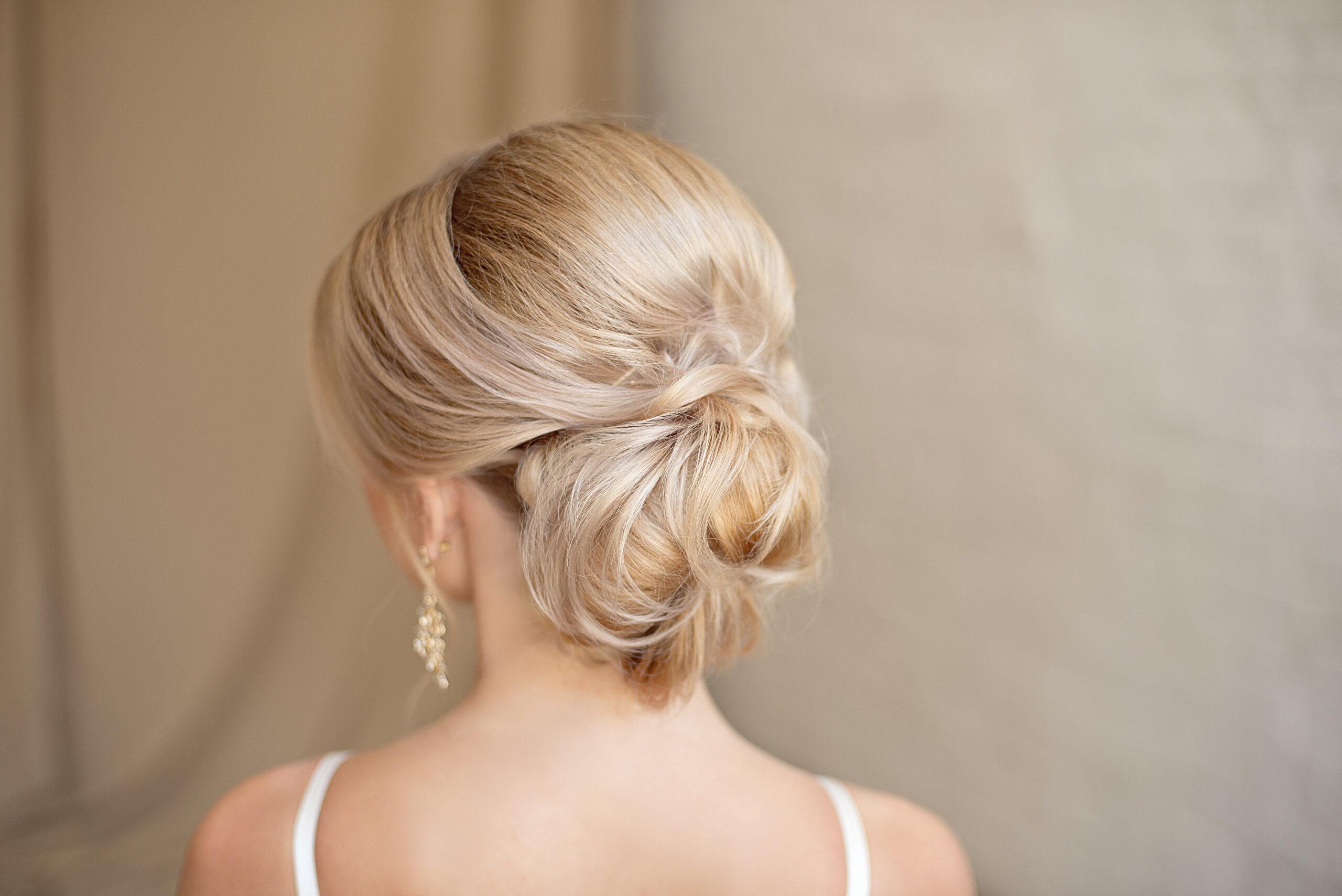 fryzura na wesele włosy delikatnie upięte