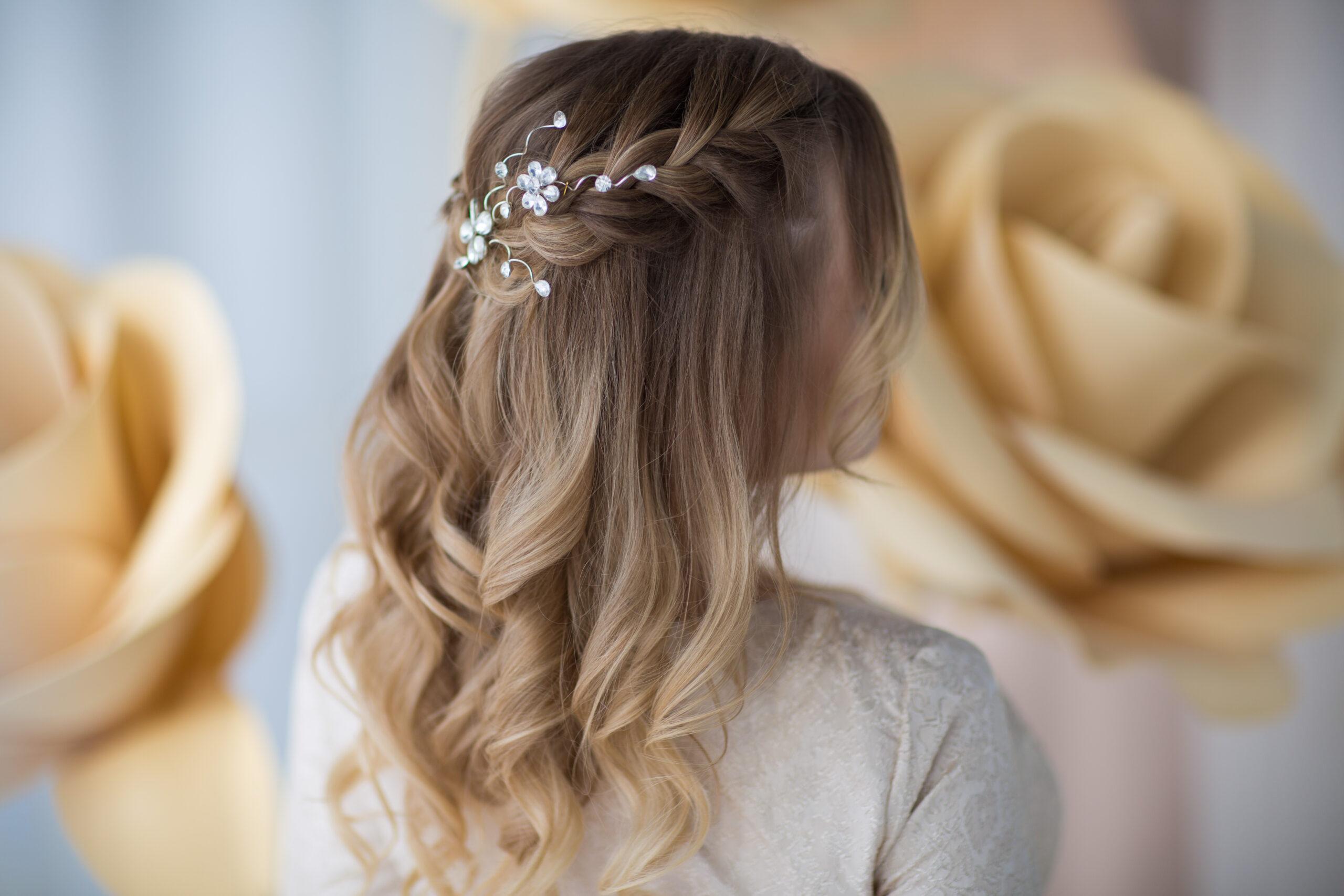 subtelne fale z warkoczem jako fryzura weselna
