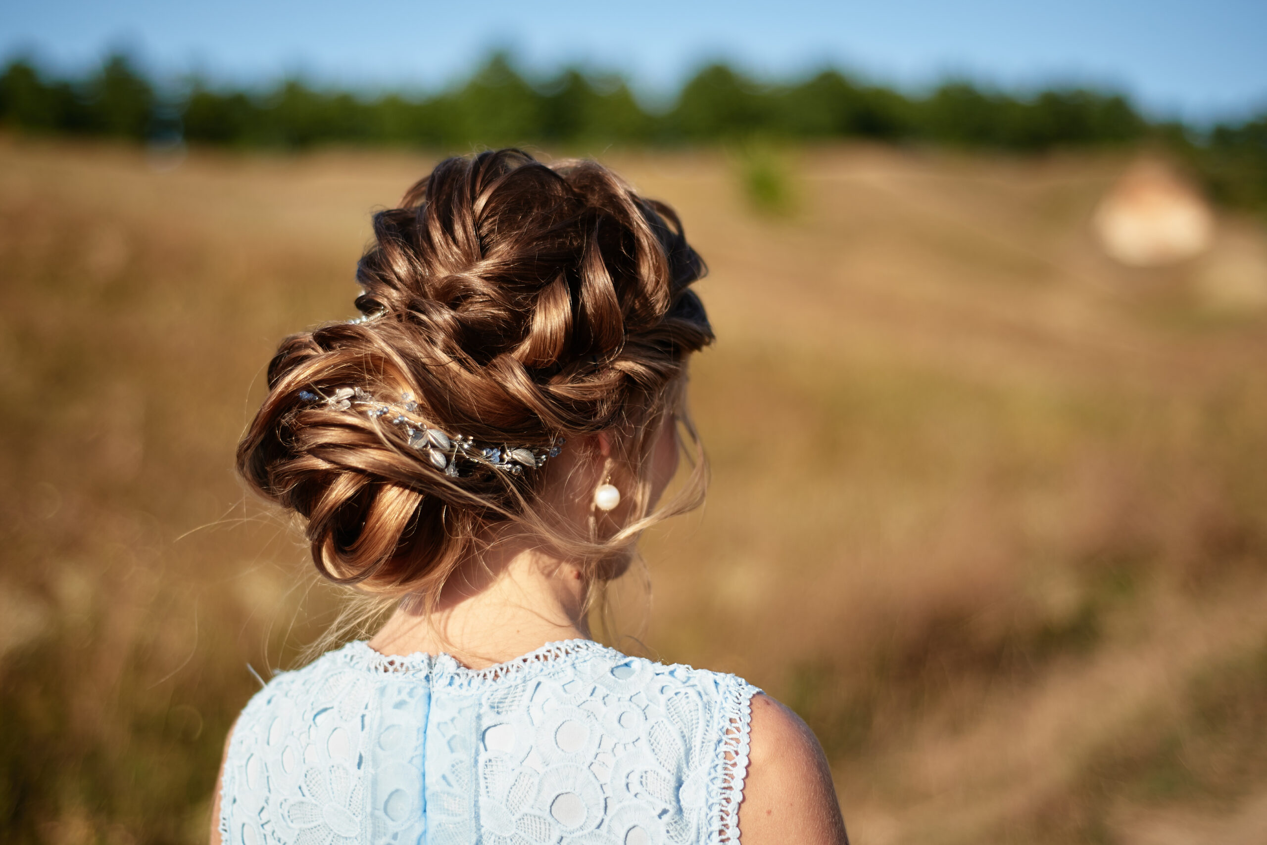 fryzura na wesele włosy upięte i ozdobione
