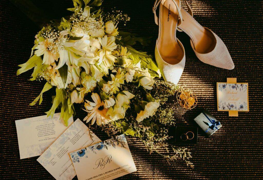Zaproszenia ślubne wśród kwiatów