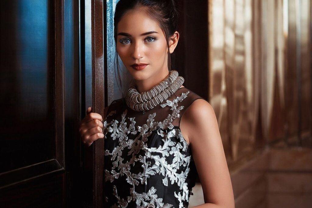 Czarna suknia ślubna z srebrnymi dodatkami