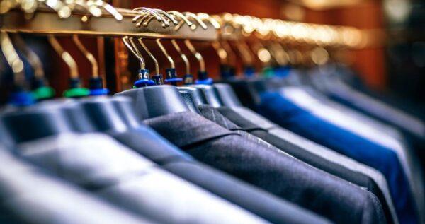 Idealny garnitur dwurzędowy na wesele – poznaj brytyjski szyk i elegancję!