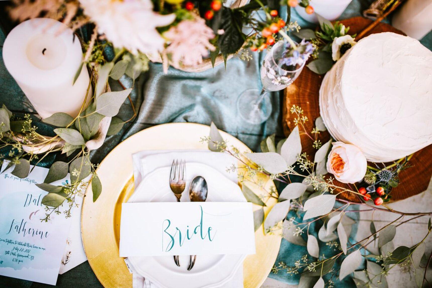 Niezwykłe dekoracje stołu pary młodej – kto powinien przy nim siedzieć?