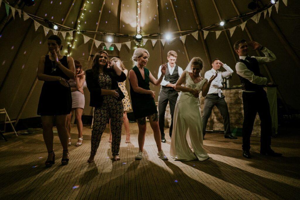 Ludzie bawią się do piosenek do tańca