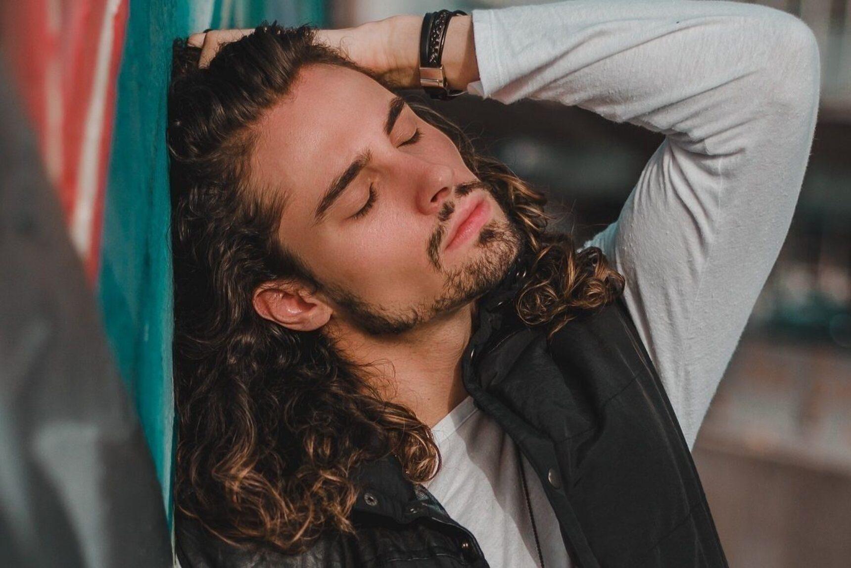 Fryzury Męskie Na Długie Włosy Wygolone Boki Kręcone Włosy