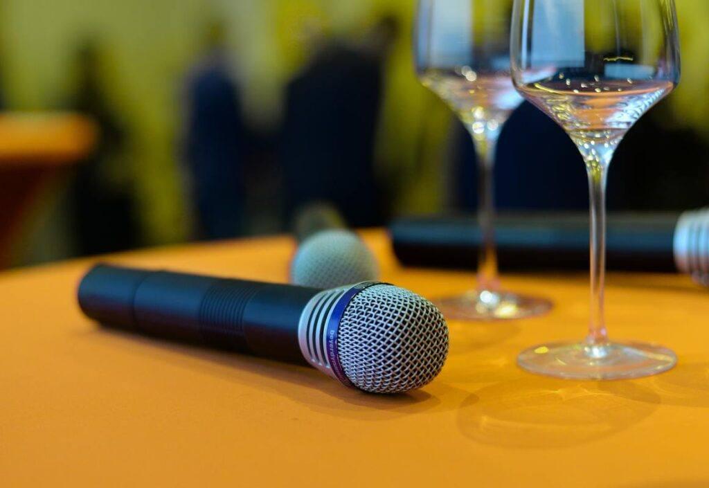 Jak napisać przemówienie - mikrofon czekający na osobę, która będzie przemawiać