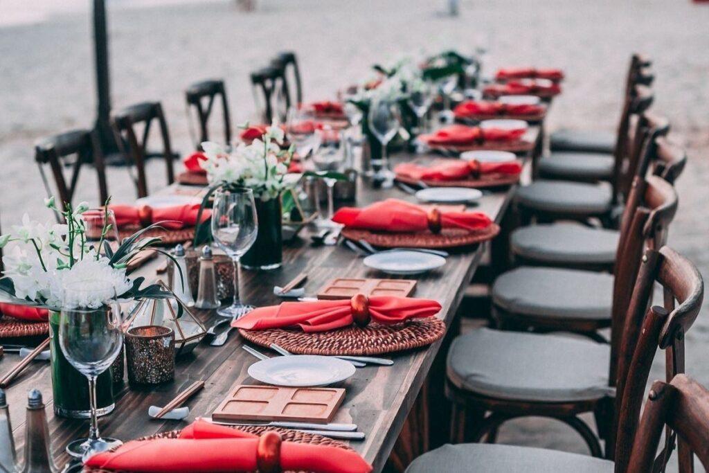 Stół gotowy na przyjęcie weselne