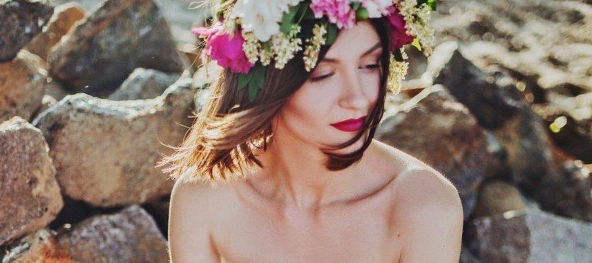 Fryzury ślubne z wiankiem – wybierz romantyczny dodatek blisko natury!