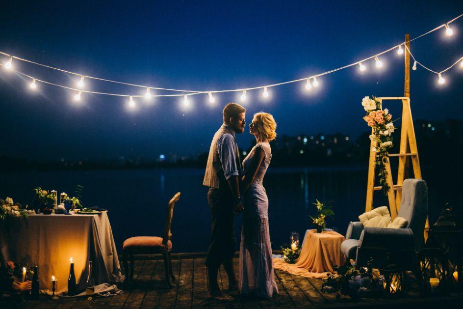 Ślub humanistyczny na dachu budynku nocą