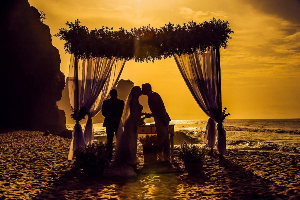Ślub humanistyczny na plaży o zachodzie słońca