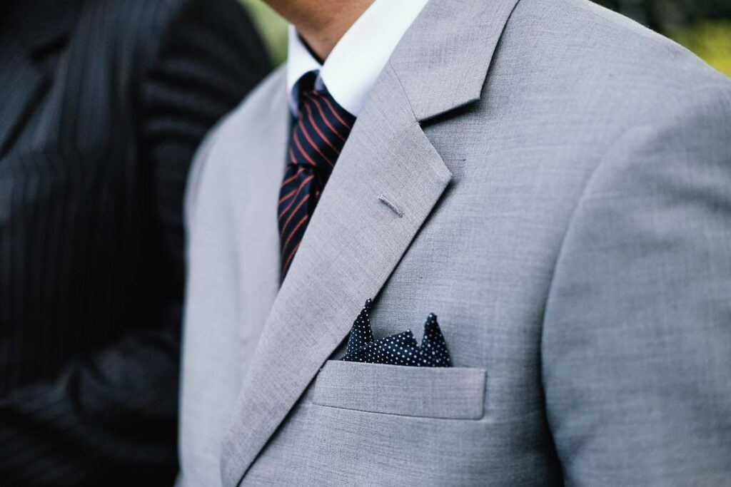 Szary garnitur dwurzędowy