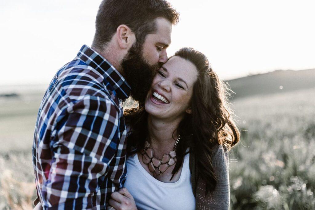 10 rocznica ślubu - mąż całuje żonę