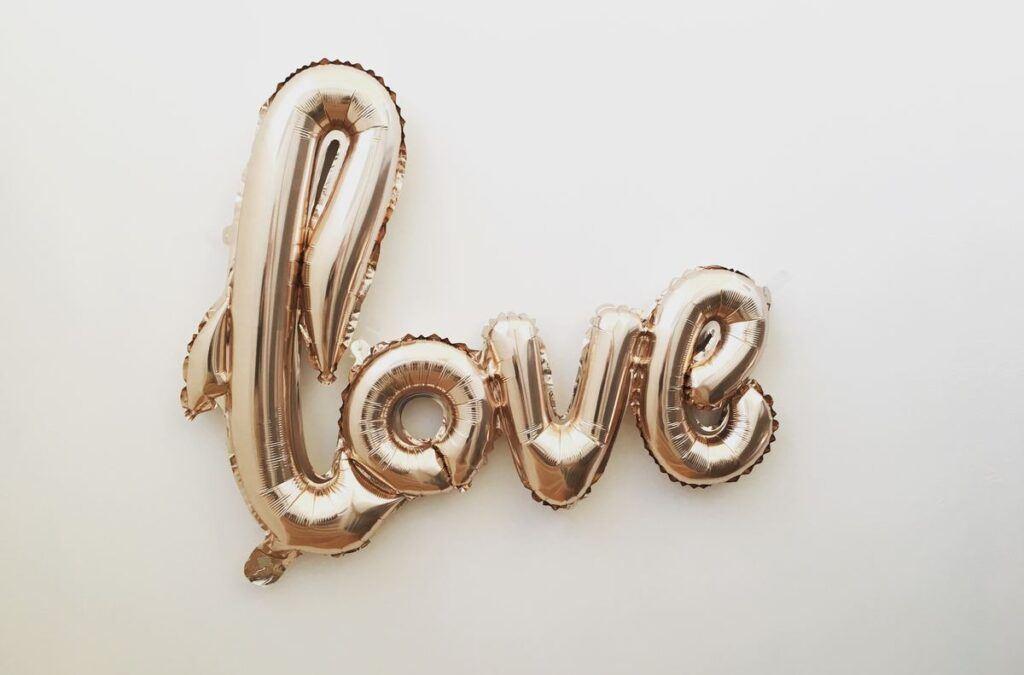 """Dekoracje z balonów napis """"love"""""""