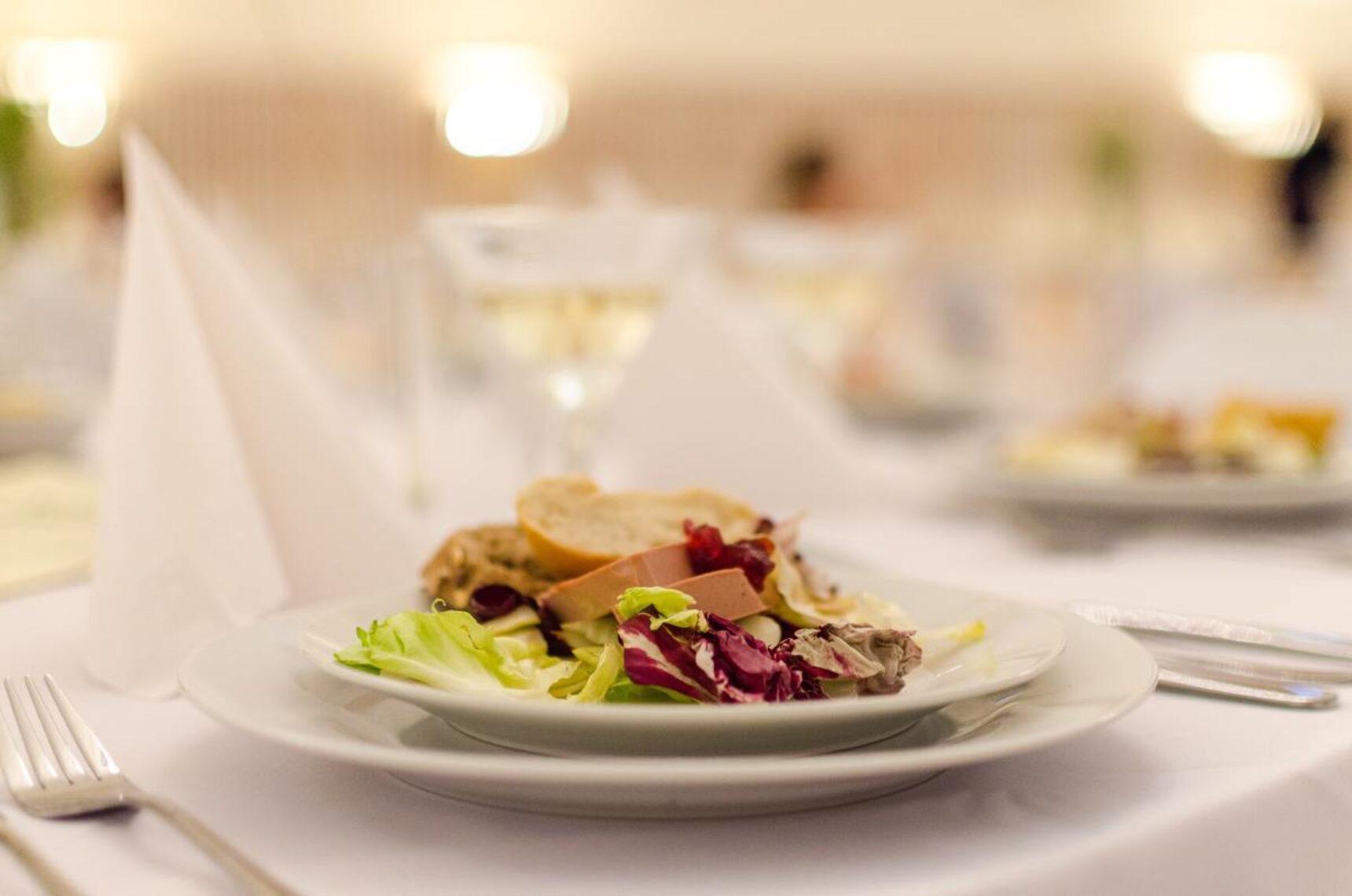 Gorące dania na weselu – ile powinno ich być, by przyjęcie było udane?