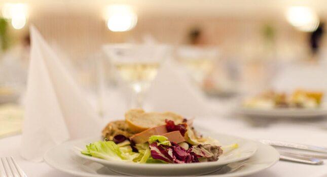 Gorące dania na weselu - ile powinno ich być, by przyjęcie było udane?