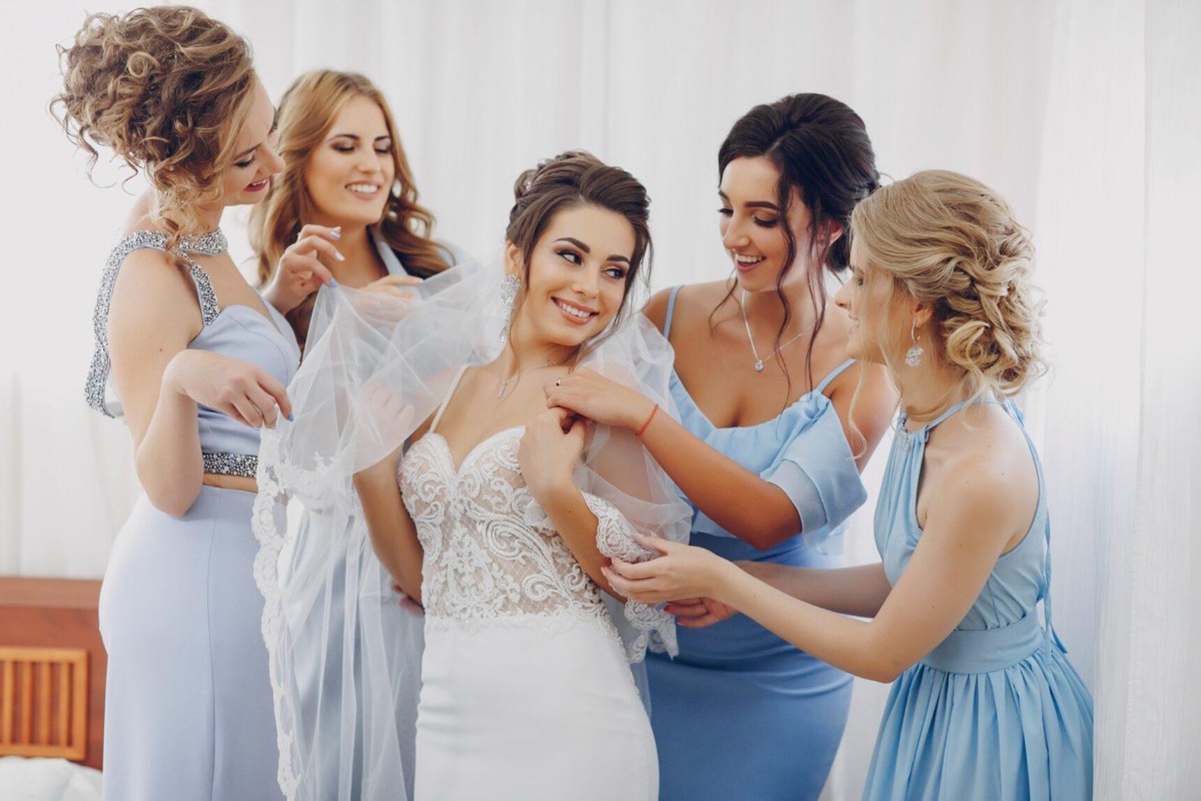 Sukienki dla druhen – czy panna młoda powinna je finansować?