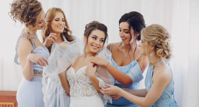 Sukienki dla druhen - czy panna młoda powinna je finansować?