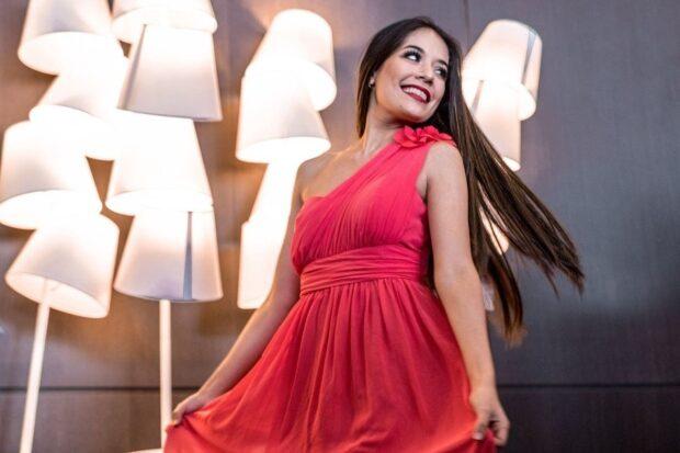 Sukienka na jedno ramię – najmodniejszy strój w twojej szafie!
