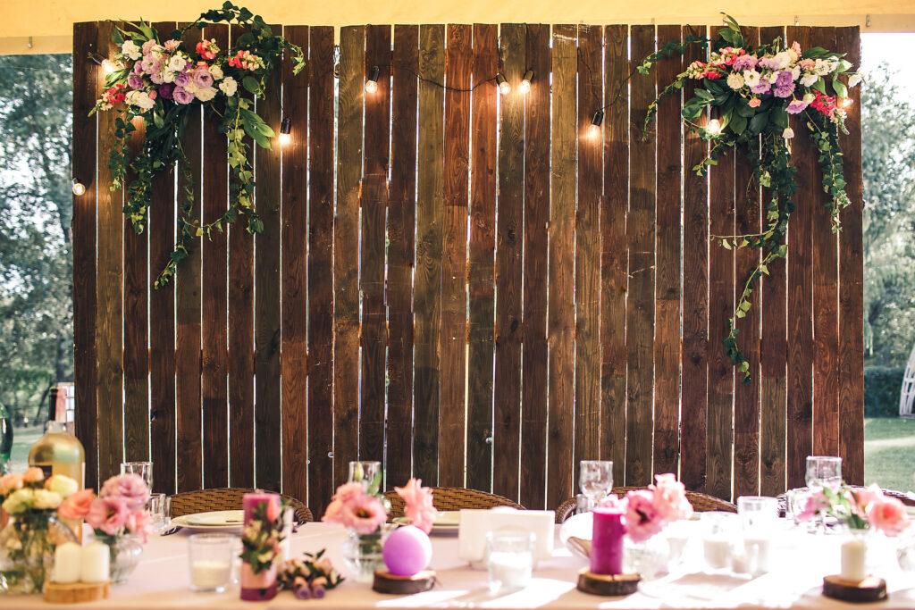Drewniana ścianka weselna w stylu rustykalnym