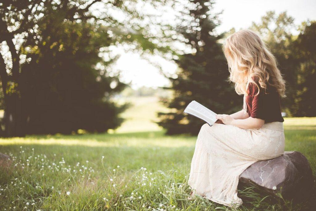 Dziewczyna czyta cytaty o kobietach