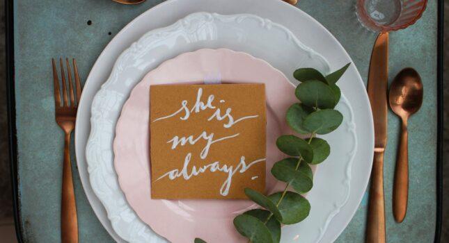 Jak zachować się przy stole podczas dużej uroczystości? Savoir vivre w pigułce!