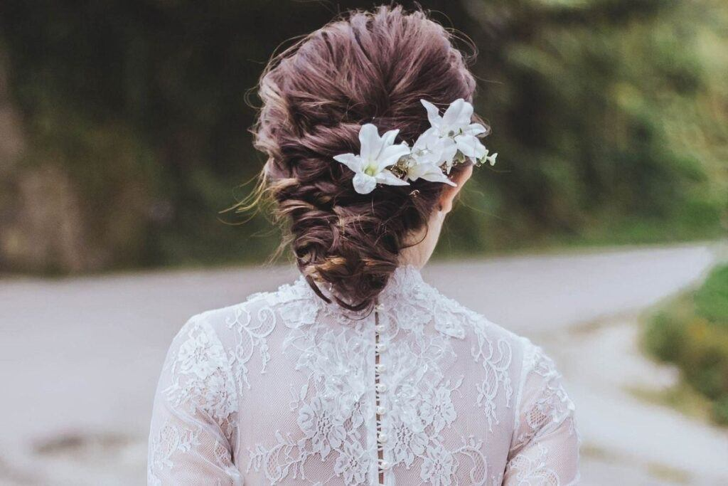 Kwiaty do włosów dla panny młodej