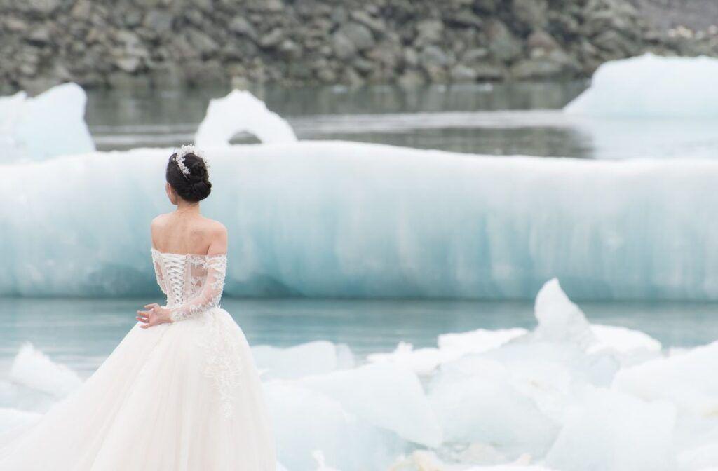 Ślub zimą - panna młoda w sukni ślubnej
