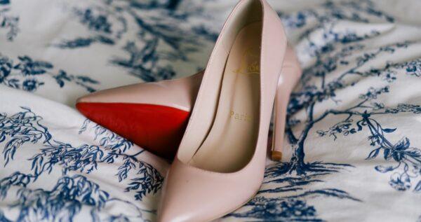 Jakie buty do różowej sukienki pasują najlepiej?