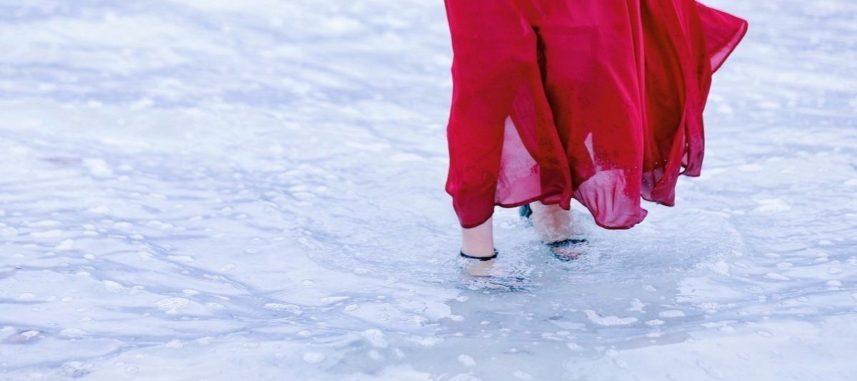 Idealne buty do czerwonej sukienki – zobacz jak stworzyć ognistą stylizację!