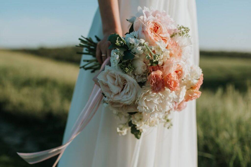 romantyczny bukiet ślubny boho przewiązany pudrową wstążką