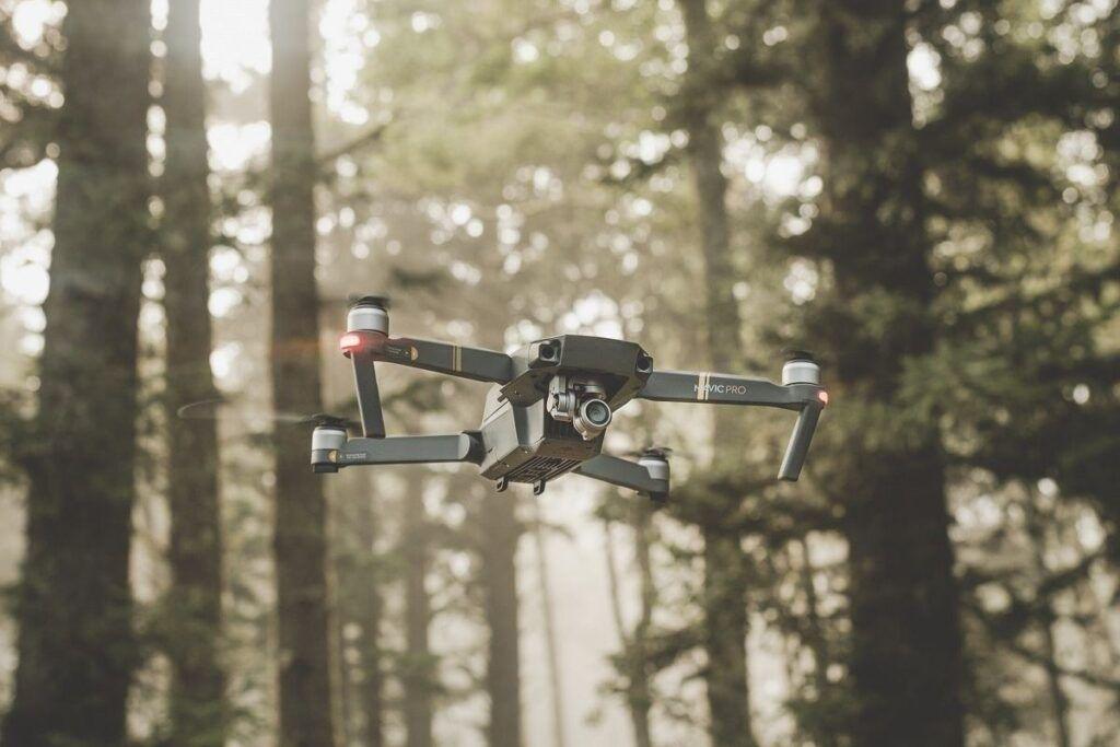 Latanie dronem wśród drzew, do czego potrzebna jest licencja na drona